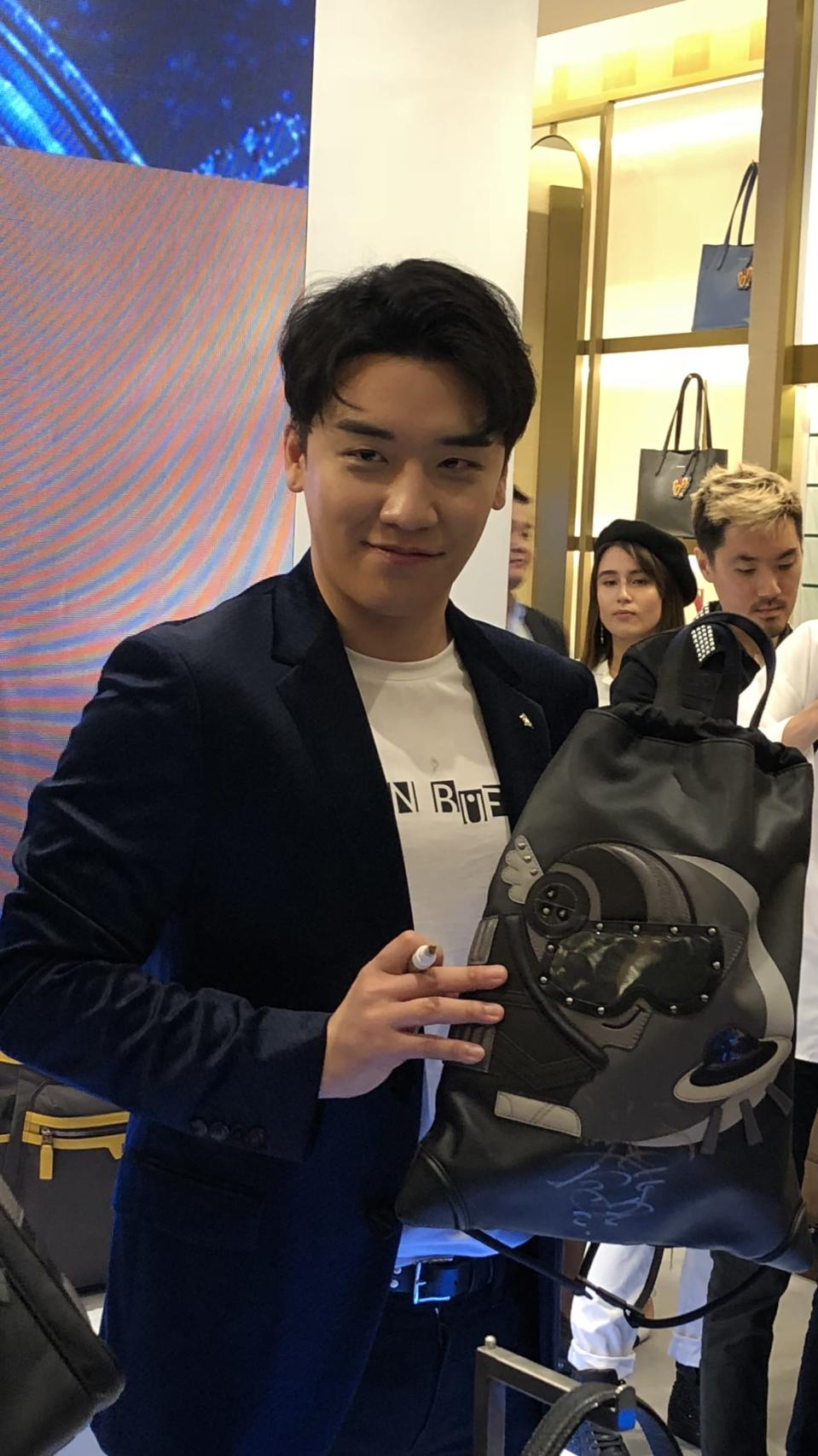 Seungri autographing merchandise for fans. (Photo: Wenting/Yahoo Lifestyle)