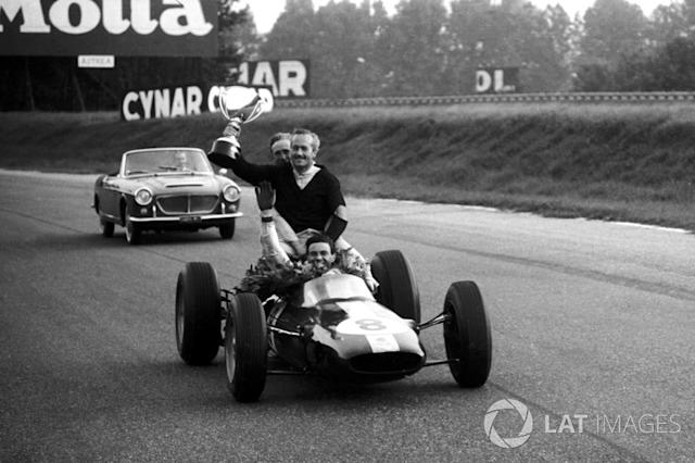 "Jim Clark, Lotus 25 da una vuelta de honor a Colin Chapman, fundador de Lotus <span class=""copyright"">Sutton Motorsport Images</span>"