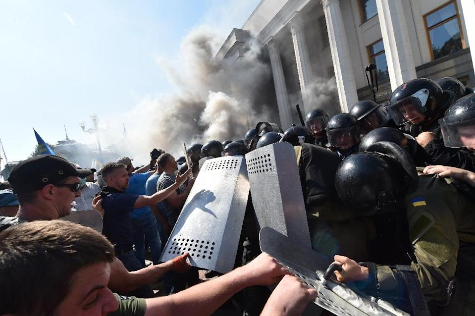 Activists of radical Ukrainian parties, including the nationalist party Svoboda (Freedom), clash with police on August 31, 2015 (AFP Photo/Sergei Supinsky)