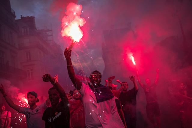 PIL12. Paris (France), 15/07/2018.- French supporters celebrate their team's victory after the FIFA World Cup 2018 final match between France and Croatia, in Paris, France, 15 July 2018. (Croacia, Mundial de Fútbol, Francia) EFE/EPA/ROMAN PILIPEY