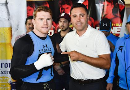 Canelo Alvarez (L) poses for a photo with Oscar De La Hoya during an Alvarez training camp. (Getty)