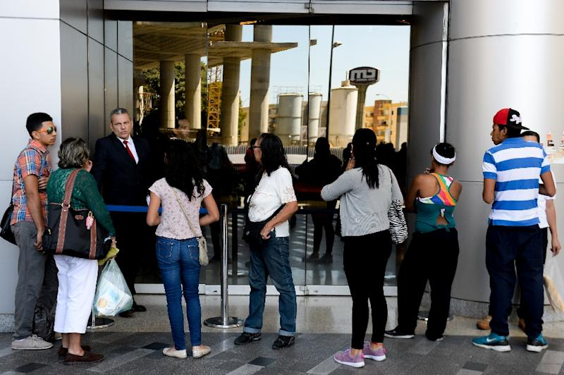 Unable to generate their own electricity, most malls in Caracas are shutting their doors from 1:00 to 3:00 pm and again from 7:00 to 9:00 pm (AFP Photo/Federico Parra)