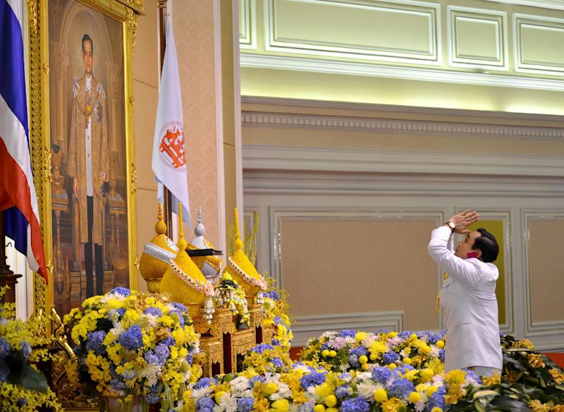 Picture released by Government House claims to show Thai Army Chief General Prayut Chan-O-Cha paying respects in front of a portrait of Thai King Bhumibol Adulyadej during a ceremony at the Army headquarters in Bangkok on August 25, 2014 (AFP Photo/)