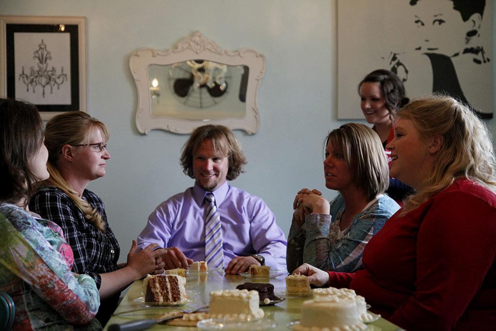 """Robyn Sullivan and Christine, Kody, Meri, and Janelle Brown taste potential wedding cakes at a bakery on """"Sister Wives."""""""