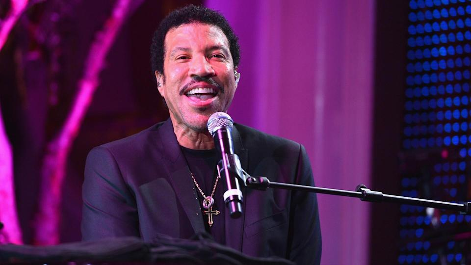 BEVERLY HILLS, CA - JANUARY 24:  Singer Lionel Richie performs at The Voice Health Institute's