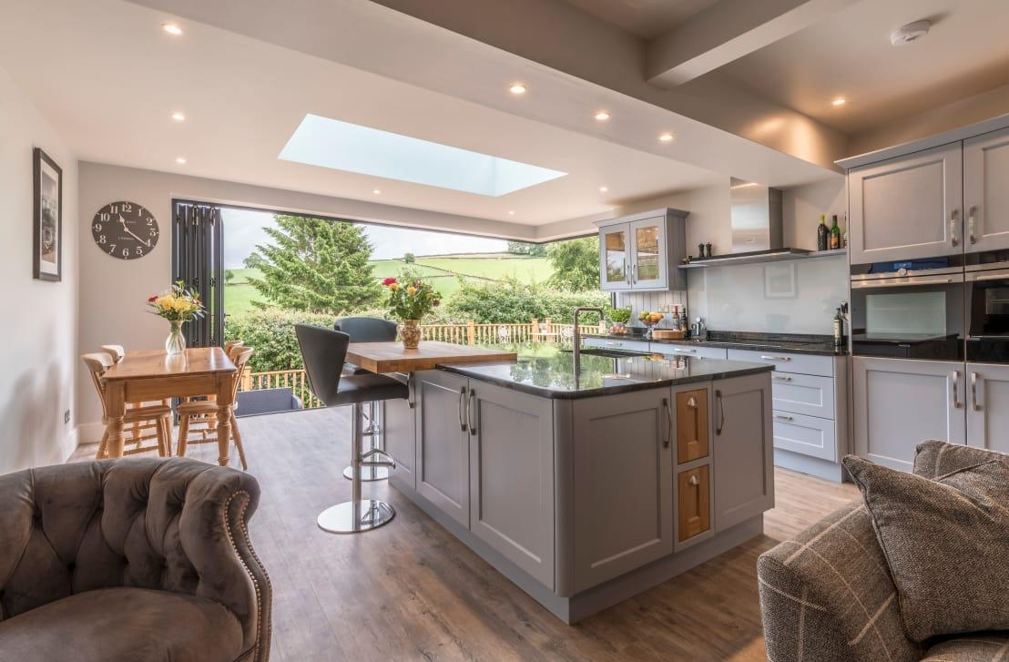 """<p>Your<a rel=""""nofollow"""" href=""""https://www.homify.co.uk/professionals/kitchen-planners"""">talented kitchen planner</a> would be devastated if you simply let their creation get dirty and unhygienic out of laziness, especially when the solution to a permanently clean and presentable kitchen is to simply get in the habit of clearing as you go. As you make rubbish, pop it straight in the bin and give your counters a simple wipe down with a throw-away antibacterial wipe. It'll take seconds but save you hours of trying to scrape off dried spillages!</p>  Credits: homify / John Gauld Photography"""