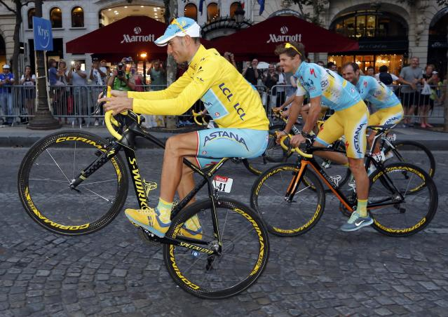 Astana team rider Vincenzo Nibali of Italy parades with team mates as he celebrates his overall victory after the 137.5 km final stage of the 2014 Tour de France, from Evry to Paris Champs Elysees, July 27, 2014. REUTERS/Jean-Paul Pelissier (FRANCE - Tags: SPORT CYCLING)