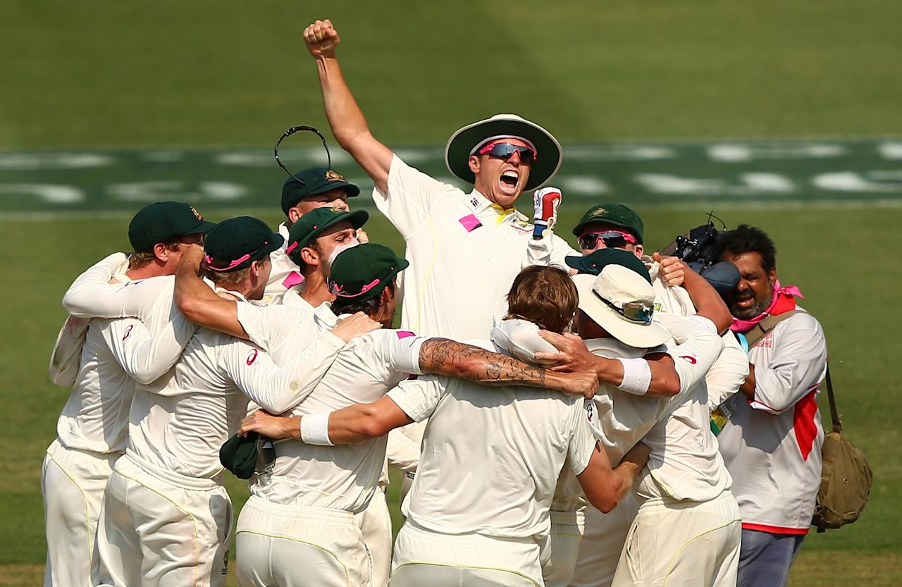 SYDNEY, AUSTRALIA - JANUARY 05:  The Australian team celebrate the final wicket to Ryan Harris to win the series 5-0 during day three of the Fifth Ashes Test match between Australia and England at Sydney Cricket Ground on January 5, 2014 in Sydney, Australia.  (Photo by Matt King/Getty Images)