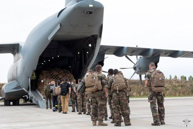 French army members board a French Air Force Airbus A400M ATLAS ahead of an operation to evacuate several dozen French citizens from Afghanistan, as Western nations scramble to repatriate their citizens after the Taliban took control of Kabul, at Bricy Air Base, Orleans, France, August 16, 2021.  Etat-major des Armees/Handout via REUTERS THIS IMAGE HAS BEEN SUPPLIED BY A THIRD PARTY. MANDATORY CREDIT. NO RESALES. NO ARCHIVES (Photo: ETAT MAJOR DES ARMEES via VIA REUTERS)