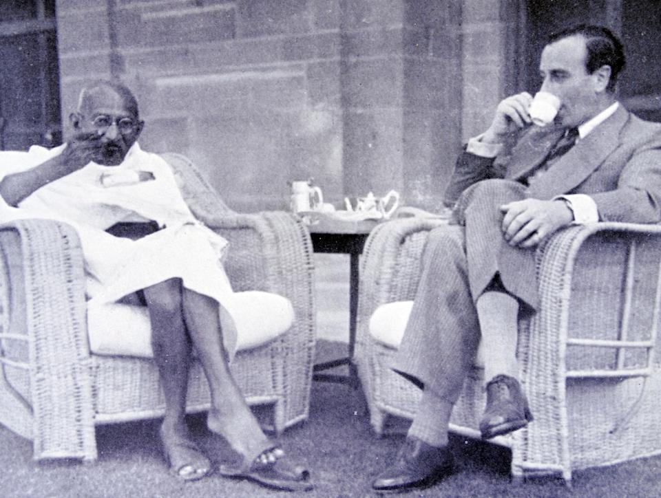 Breakfast meeting between Mahatma Gandhi and Viceroy of India, Lord Mountbatten 1947 (Photo by: Universal History Archive/Universal Images Group via Getty Images)