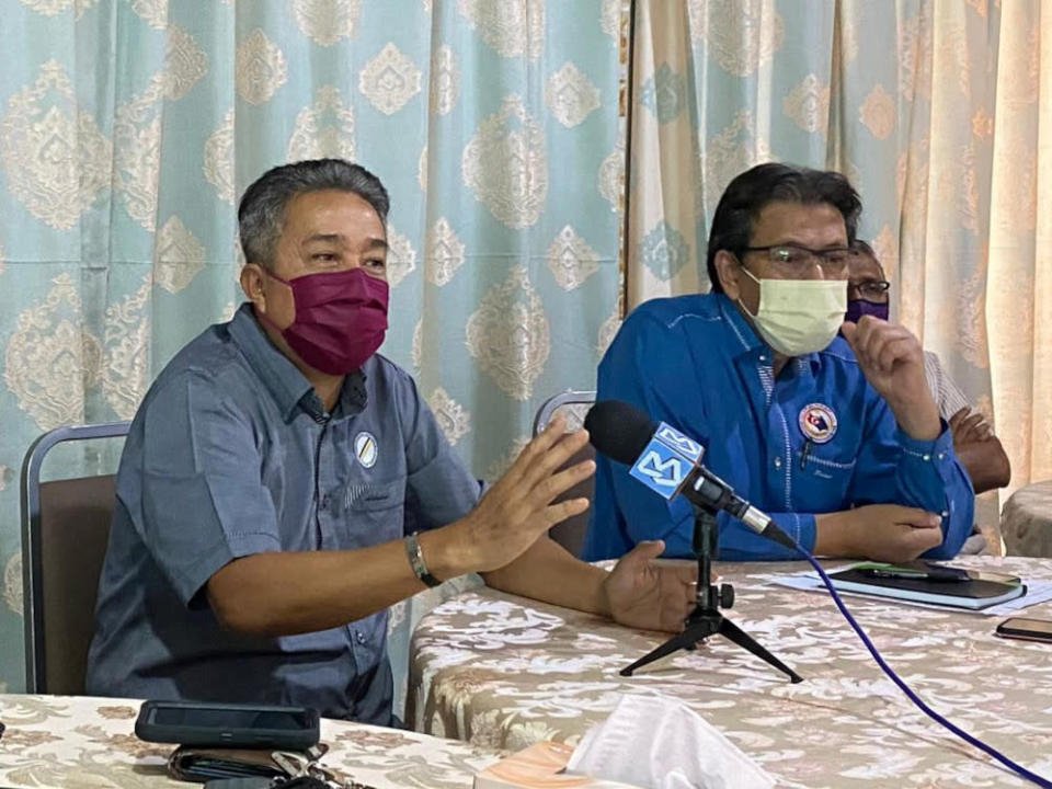Johor Baru Malay Hawkers, Traders and Small Entrepreneurs Association president Abdullah Md Yusof (left) and Coordinating Council of the Federation of Johor Malay Non-Governmental Organisations (Gabung Johor) president Zaini Atan speaking to reporters July 5, 2021. — Picture by Ben Tan
