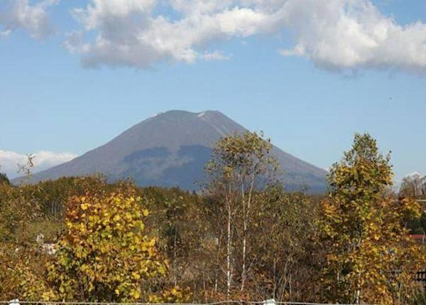 """▲A view of Mt. Yotei from the view point parking is along with Japan National Route 5 as well the Miyata View Point Parking. It takes 5 minutes from """"Michi-no-Eki Niseko View Plaza""""."""
