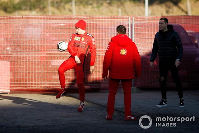 "Charles Leclerc, Ferrari, gioca a calcio nel paddock <span class=""copyright"">Zak Mauger / Motorsport Images</span>"