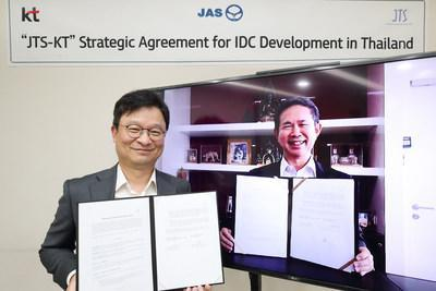 Kim Youngwoo (left), KT's global business head, poses with Somboon Patcharasopak, JTS president and director, for a photo session after signing a strategic collaboration agreement for IDC business development, in a video conference at KT's Gwanghwamun Headquarters in Seoul on September 23.
