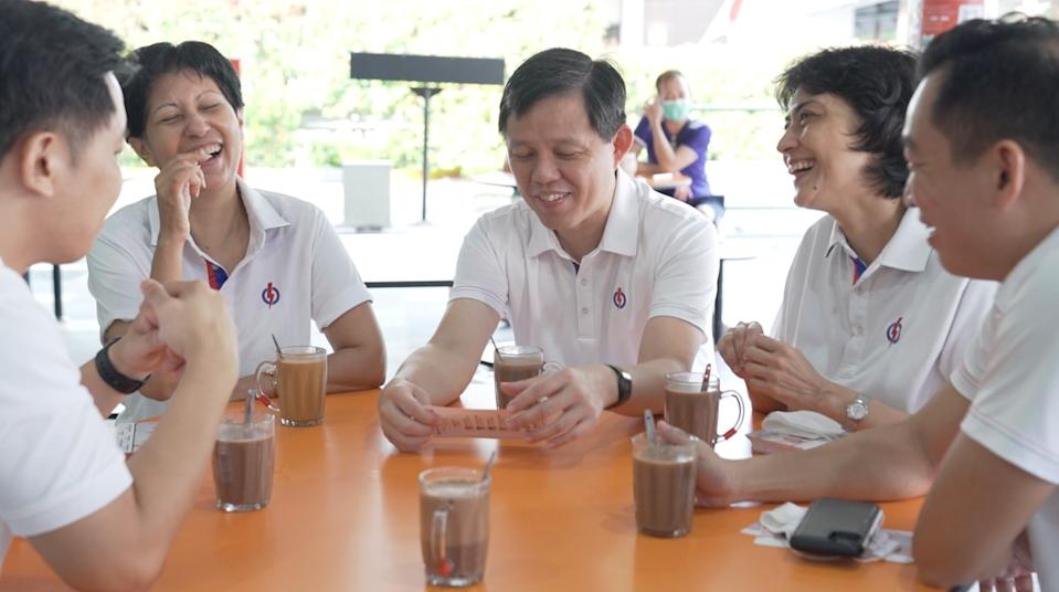 GE2020: Trade and Industry Minister Chan Chun Sing (third from left) having drinks with the rest of the Tanjong Pagar GRC candidates before a walkabout. (Photo: Nicholas Tan for Yahoo News Singapore)