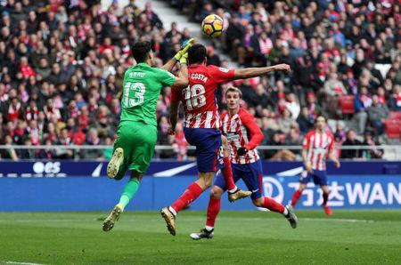 Soccer Football - La Liga Santander - Atletico Madrid vs Girona - Wanda Metropolitano, Madrid, Spain - January 20, 2018 Atletico Madrid's Diego Costa sets up Antoine Griezmann to score their first goal REUTERS/Sergio Perez