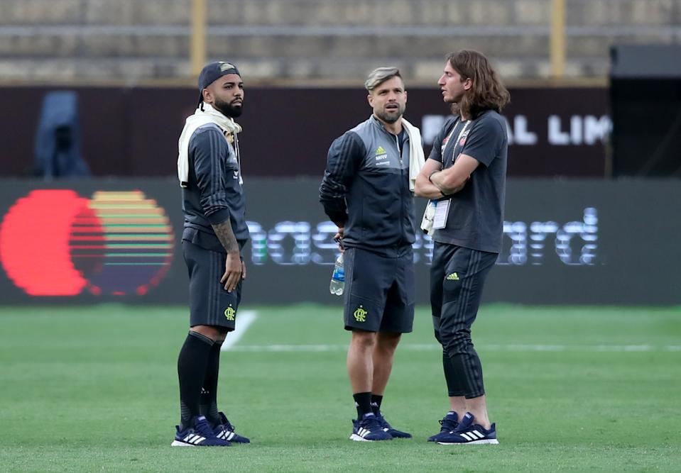 LIMA, PERU - NOVEMBER 22: Gabriel Barbosa (L), Diego (C) and Filipe Luis (R) of Flamengo talk during the field scouting on the day before the Copa Libertadores 2019 Final at Monumental Stadium on November 22, 2019 in Lima, Peru. (Photo by Raul Sifuentes/Getty Images)