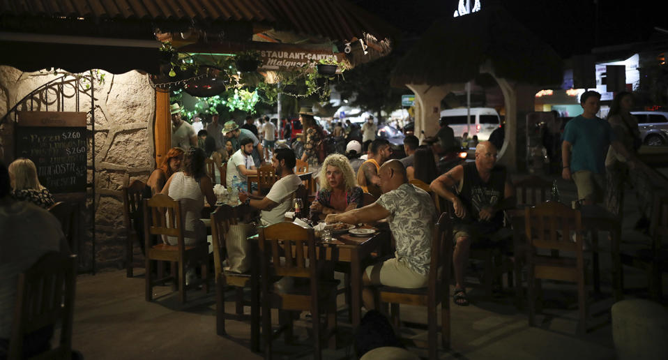 Huge crowds of US tourists have flocked to popular tourism spots in Mexico. Source: AP