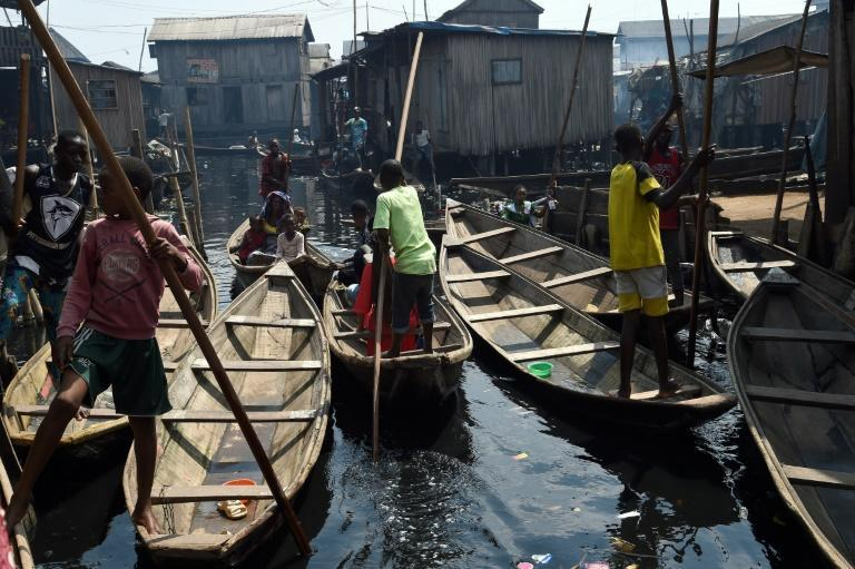 Jóvenes reman en un bote en el asentamiento del río Makoko en Lagos, Nigeria, el 27 de noviembre de 2020 The United Nations World Food Programme (WFP) has round off cash and food assistance across the country to most vulnerable people to cushion the effect of Covid-19 pandemic in the cities of Abuja, Kano and Makoko slum settlement in Lagos, the epic center of the virus in Nigeria, Africa's biggest economy and most populous country.