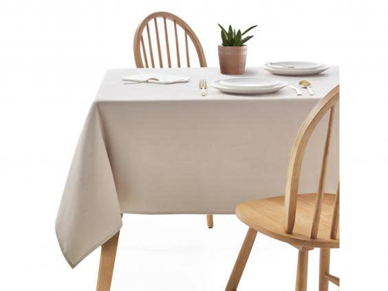 Start simple with a plain white table cloth (La Redoute)