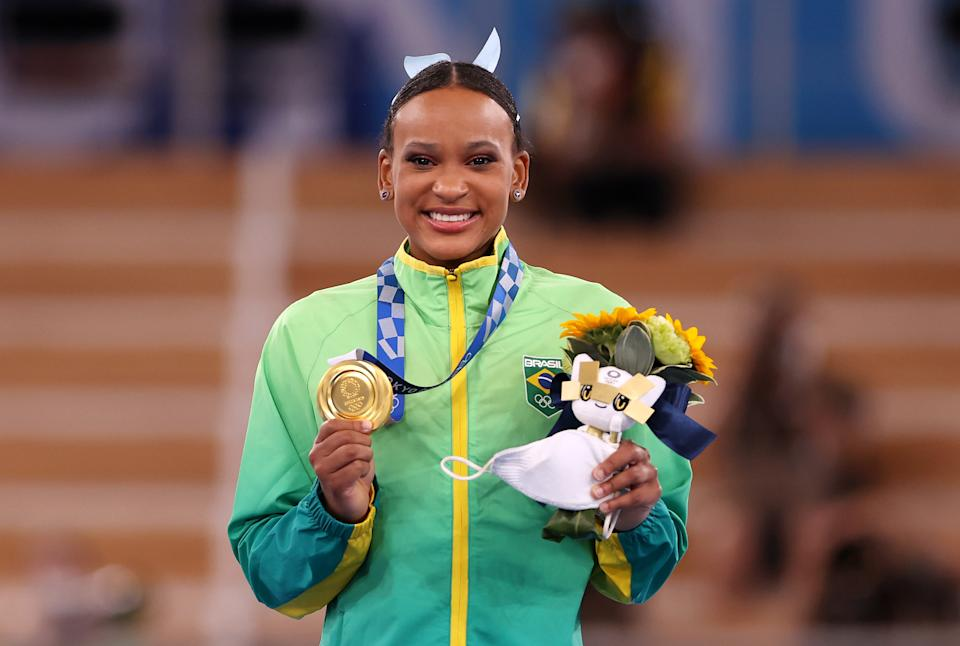 Rebeca Andrade comemora com a medalha de ouro (Laurence Griffiths/Getty Images)