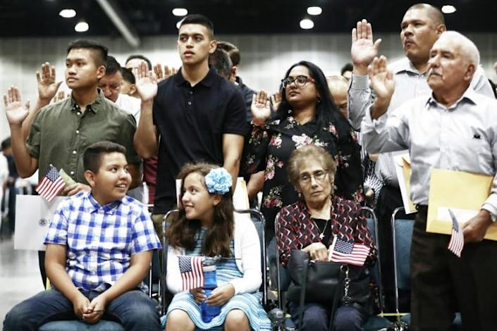 New US citizens are sworn in at a naturalization ceremony at the Los Angeles Convention Center on July 23, 2019 in Los Angeles, California (AFP Photo/MARIO TAMA)