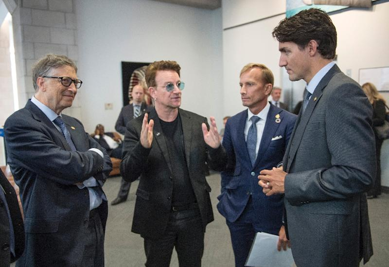 (L-R) Philanthropist Bill Gates, U2 siger Bono and Executive Director of the Global FundMark Dybuk hold an impromptu meeting with Canadian Prime Minister Justin Trudeau at the Fifth Replenishment Conference of the Global Fund to Fight AIDS (AFP Photo/Paul Chiasson)