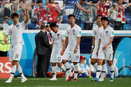 Soccer Football - World Cup - Group F - Sweden vs South Korea - Nizhny Novgorod Stadium, Nizhny Novgorod, Russia - June 18, 2018 South Korea's Ki Sung-yueng, Kim Min-woo, Kim Young-gwon, Jung Woo-young and Son Heung-min look dejected after the match REUTERS/Carlos Barria