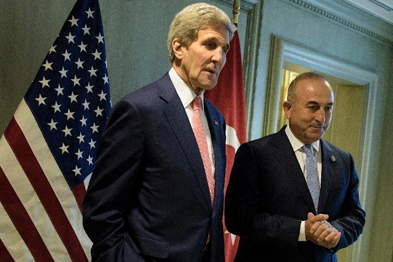 US Secretary of State John Kerry and Turkey's Foreign Minister Mevlut Cavusoglu wait for a meeting in Kuala Lumpur on August 5, 2015 (AFP Photo/Brendan Smialowski)