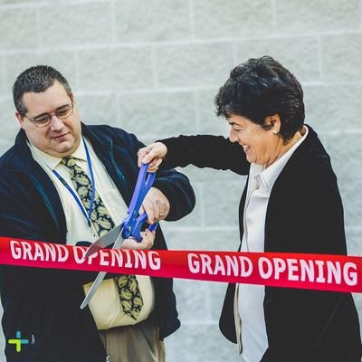 FRX Health™ CEO, Rebecca Myers, with East Liverpool, Ohio Mayor Ryan Stovall, cutting the grand opening ribbon at the Ohio medical marijuana dispensary.