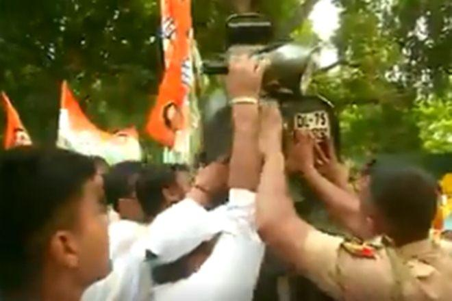 The protest was held outside the residence of Union Minister of Road Transport and Highways Nitin Gadkari (ANI Image)
