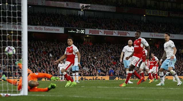 Arsenal's midfielder Mesut Ozil (2nd R) watches as his shot beats West Ham United's goalkeeper Darren Randolph (L) for the opening goal of the English Premier League football match between Arsenal and West Ham United on April 5, 2017 (AFP Photo/Ian KINGTON)