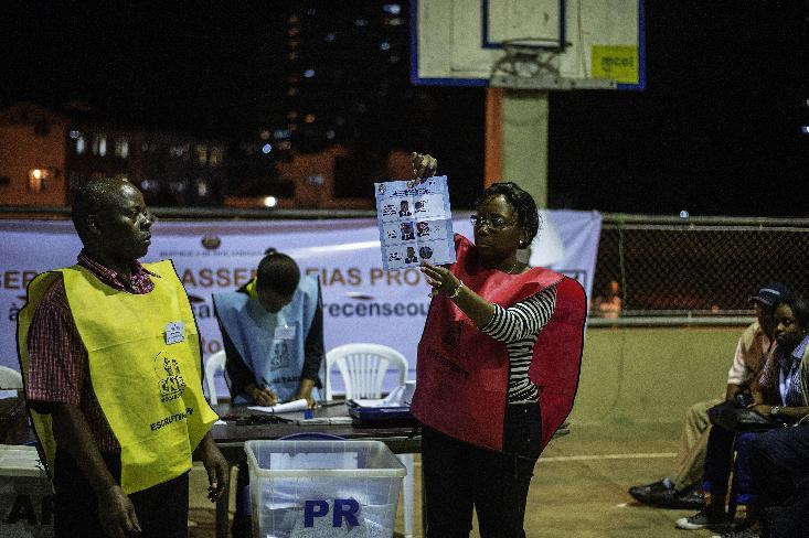 A Mozambican electoral commission voting official at a polling station holds a marked ballot during counting procedures after general elections on October 15, 2014 in Maputo (AFP Photo/Gianluigi Guercia)