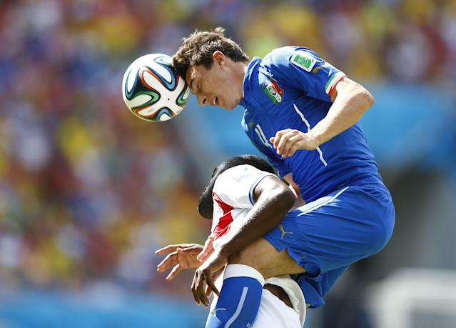 Costa Rica's Joel Campbell (L) fights for the ball with Italy's Alessio Cerci during their 2014 World Cup Group D soccer match at the Pernambuco arena in Recife June 20, 2014. REUTERS/Dominic Ebenbichler (BRAZIL - Tags: SOCCER SPORT WORLD CUP TPX IMAGES OF THE DAY)