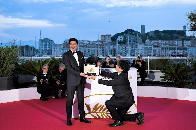 South Korean director Bong Joon-Ho took a knee to pay tribute to his compatriot Song Kang-ho in Cannes (AFP Photo/LOIC VENANCE)