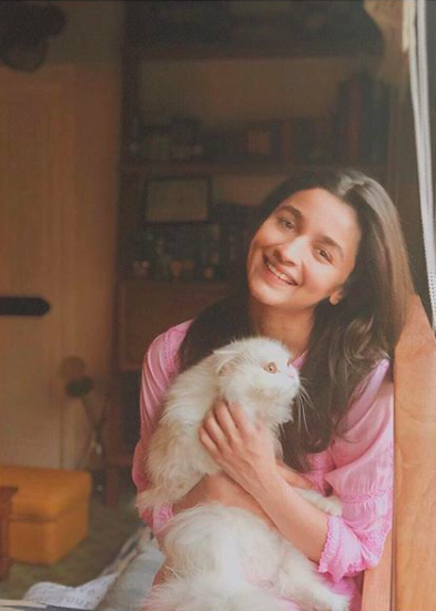 <p>Alia Bhatt with her gorgeous cat. </p>