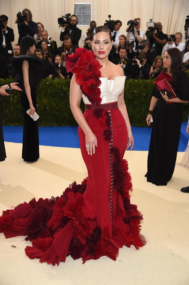 <p>The curvy model wore a red and white custom look from fast fashion label H&M. (Photo by Dimitrios Kambouris/Getty Images) </p>