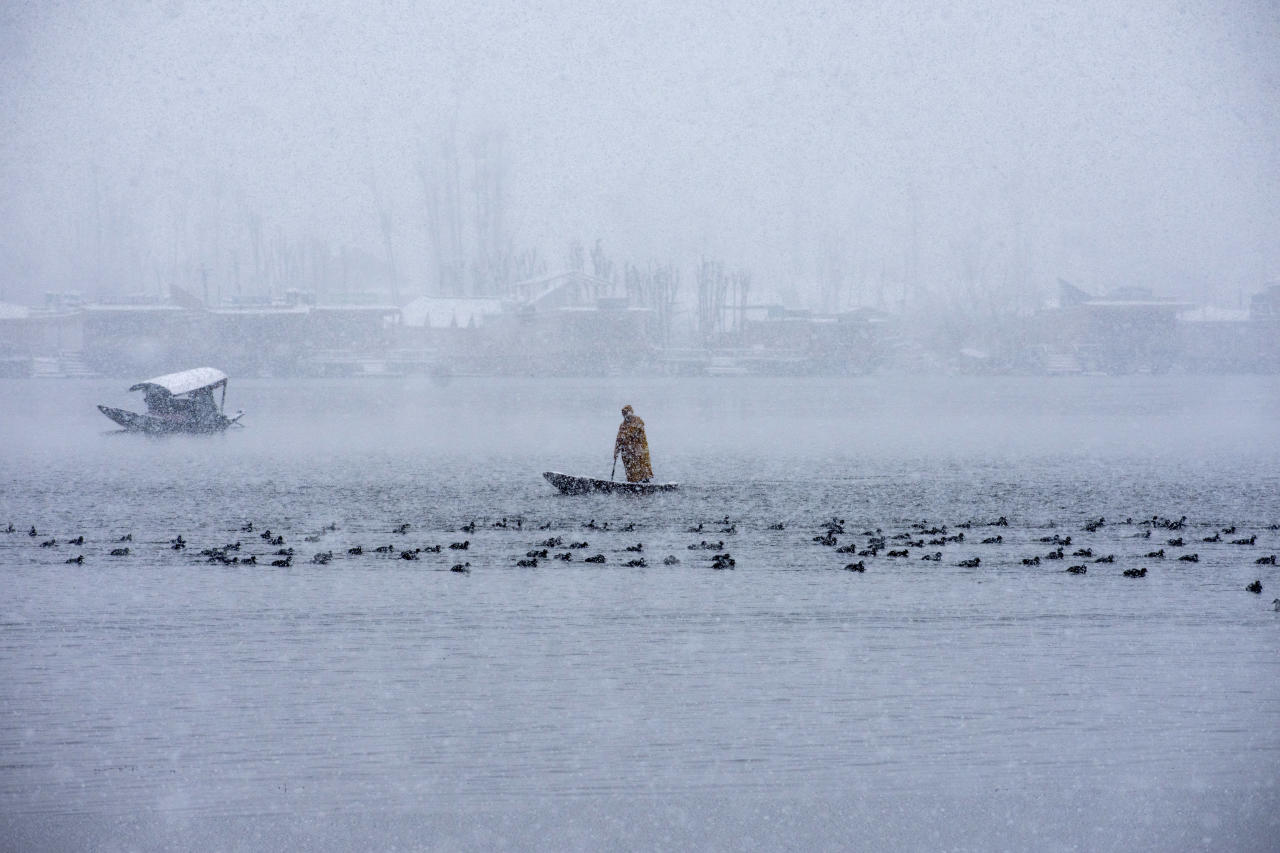 <p>SRINAGAR, KASHMIR, INDIA – February 07: A Kashmiri man rows his boat on the waters of Dal lake amid fresh snowfall, on February 07, 2019 in Srinagar. Kashmir Valley, including the summer capital Srinagar, experienced fresh snowfall today, prompting the authorities to issue an avalanche warning and leading to closure of the Jammu-Srinagar Highway, the only road link between Kashmir and rest of India. Several areas in Kashmir faced power cuts, The snowfall damaged power lines at many places, including Srinagar. (Photo by Yawar Nazir/Getty Images) </p>