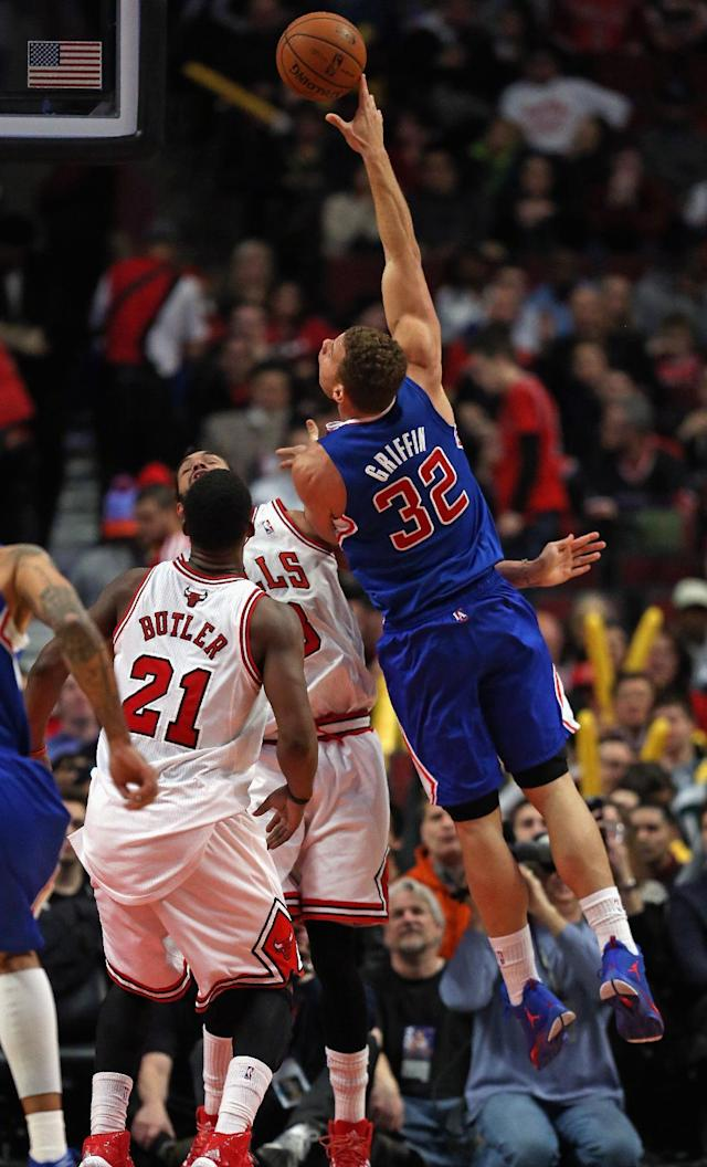 CHICAGO, IL - JANUARY 24: Blake Griffin #32 of the Los Angeles Clippers puts up a shot over Jimmy Butler #21 and Joakim Noah #13 of the Chicago Bulls on his way to a game-high 26 points at the United Center on January 24, 2014 in Chicago, Illinois. The Clippers defeated the Bulls 112-95. (Photo by Jonathan Daniel/Getty Images)