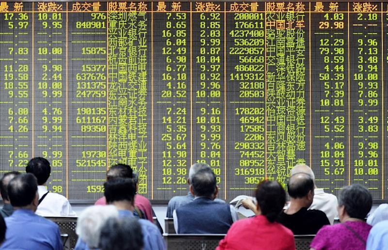 Investors sit in front of a screen showing market movements in a stock firm in Hangzhou, eastern China's Zhejiang province on July 8, 2015 (AFP Photo/)