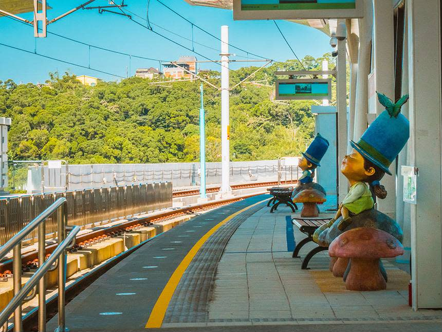 Decoration inspired by Liao's artwork is seen on the Danhai light rail platforms. (Courtesy of Tourism and Travel Department, New Taipei City Government)