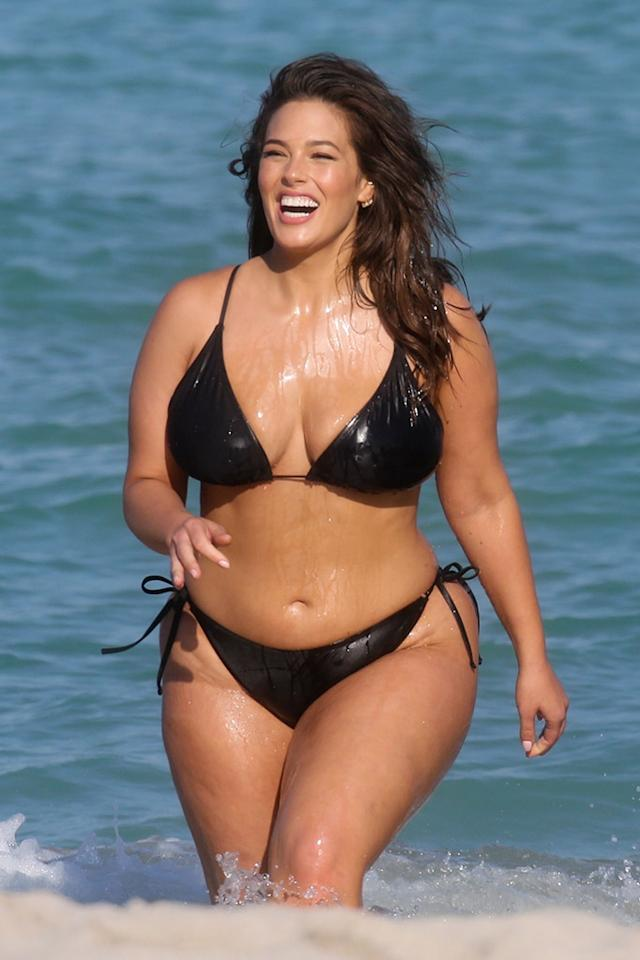 <p>The model was seen having some major fun in the sun in Miami on Wednesday. Graham wore a black string bikini while playing in the waves for a photo shoot. (Photo: OHPIX / BACKGRID)<br /><br /></p>