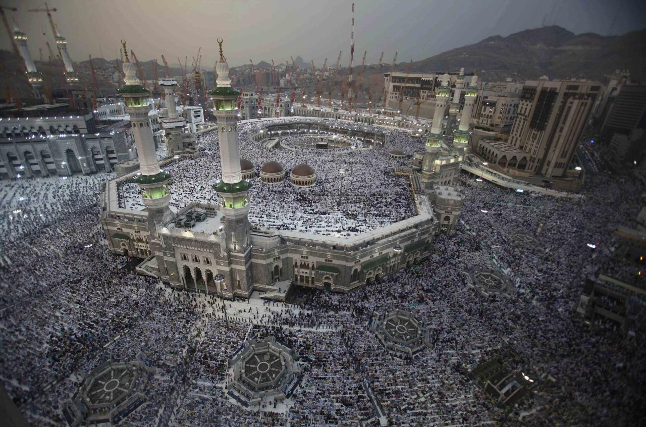 Muslim pilgrims pray at the Grand mosque in the holy city of Mecca, ahead of the annual haj pilgrimage October 10, 2013. REUTERS/Ibraheem Abu Mustafa (SAUDI ARABIA - Tags: RELIGION)
