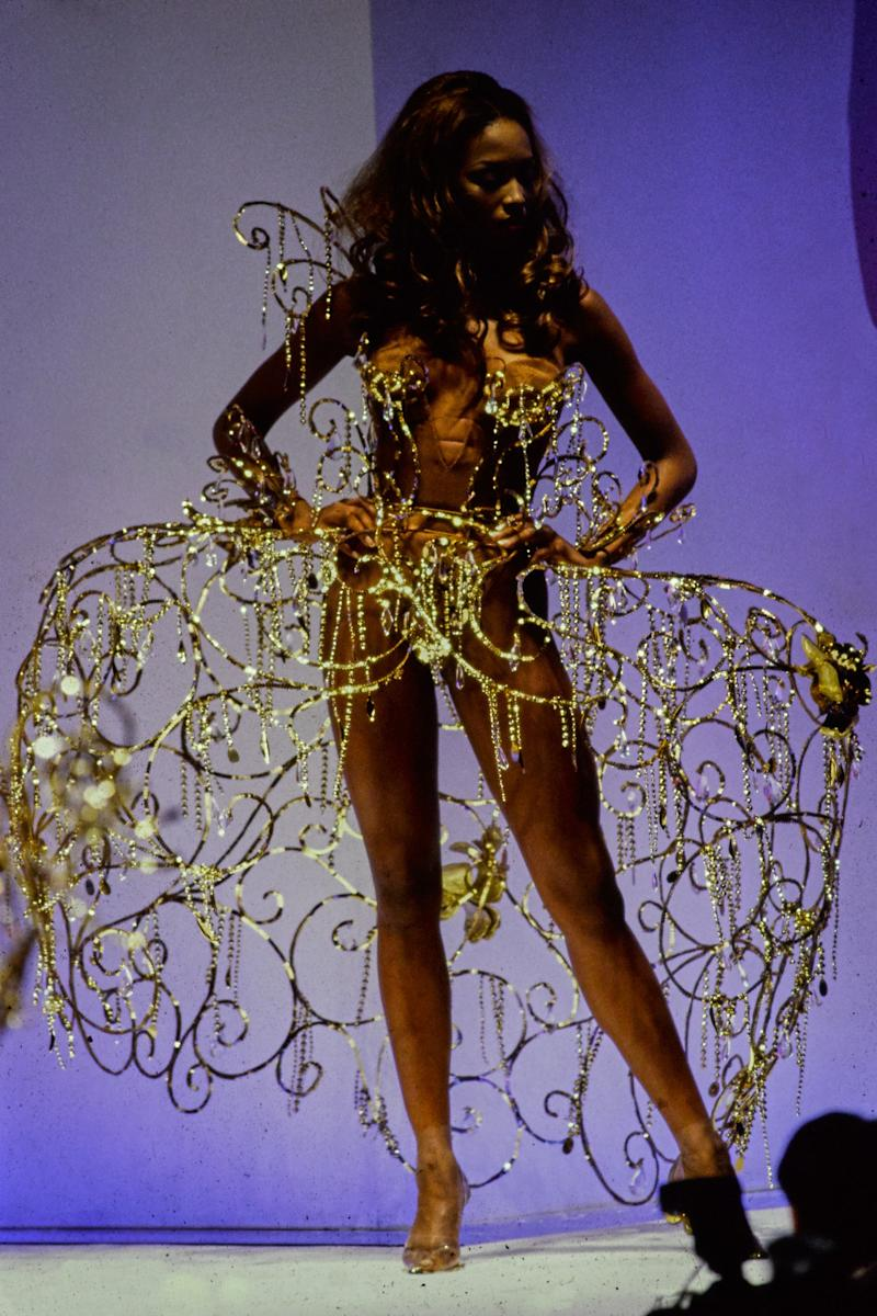Naomi Campbell walks the runway of the Thierry Mugler spring/summer 1992 show in 1991. Photo courtesy of Getty Images.