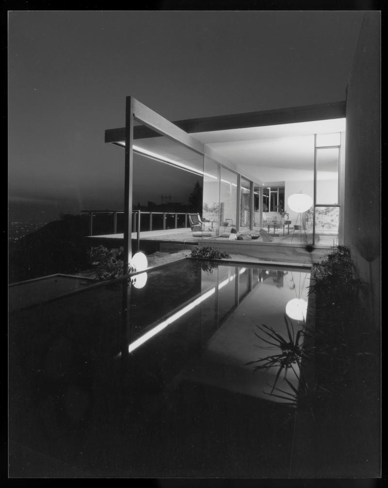 Shulman's photos show the house with reflecting pools and spider leg intact.