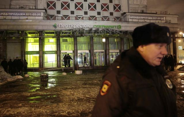 <p>A policeman stands guard near a supermarket after an explosion in St. Petersburg, Russia Dec. 27, 2017. (Photo: Anton Vaganov/Reuters) </p>