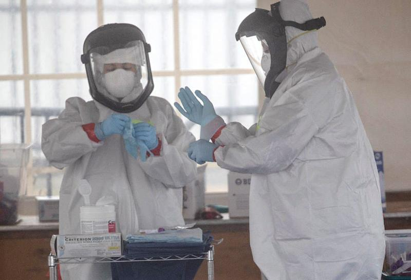 Du personnel soignant en train de s'équiper de protections contre le coronavirus dans l'Etat du Connecticut aux Etats-Unis. - JOHN MOORE / GETTY IMAGES NORTH AMERICA / GETTY IMAGES VIA AFP