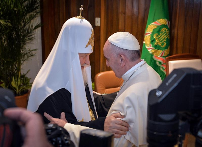 Pope Francis (R) and the head of the Russian Orthodox Church, Patriarch Kirill, greet each other during a historic meeting in Havana on February 12, 2016 (AFP Photo/Adalberto Roque)