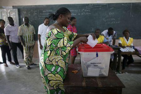 A woman casts her vote during a presidential election at a polling station in Cotonou Benin, March 6, 2016. REUTERS/Akintunde Akinleye