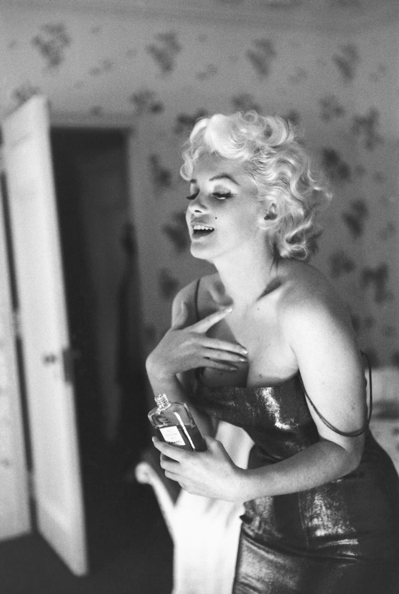 NEW YORK - MARCH 24: Actress Marilyn Monroe poses for a candid portrait with a bottle of Chanel No. 5 perfume on March 24, 1955 at the Ambassador Hotel in New York City, New York. (Photo by Ed Feingersh/Michael Ochs Archives/Getty Images)